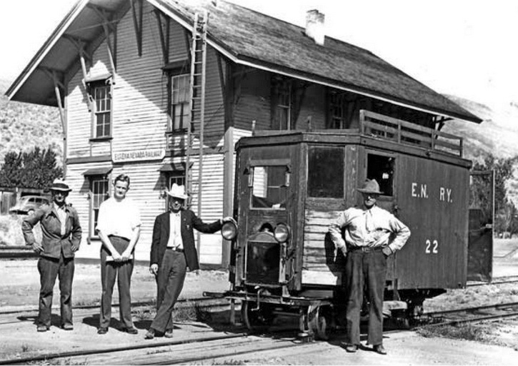 Car No.22 in front of the E-N General Office in Palisade in the 1930s
