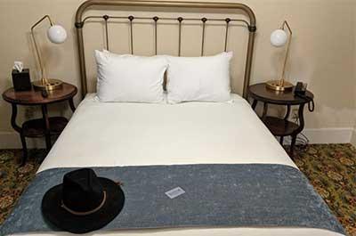 Queen bed Hotel Belvada